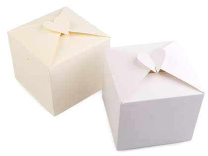 Papīra dāvanu kastīte ar sirsniņu